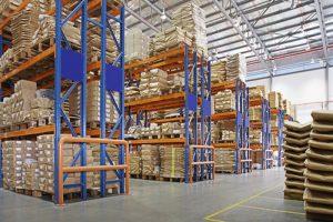 almacén con racks multicapa nunha fábrica